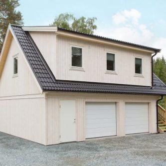 Garage med övervåning och portar på långsidan