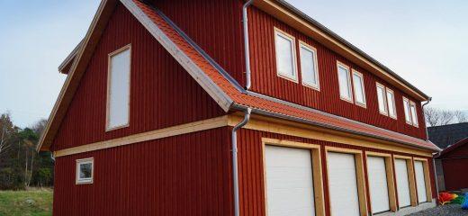 Stort garage med övervåning.